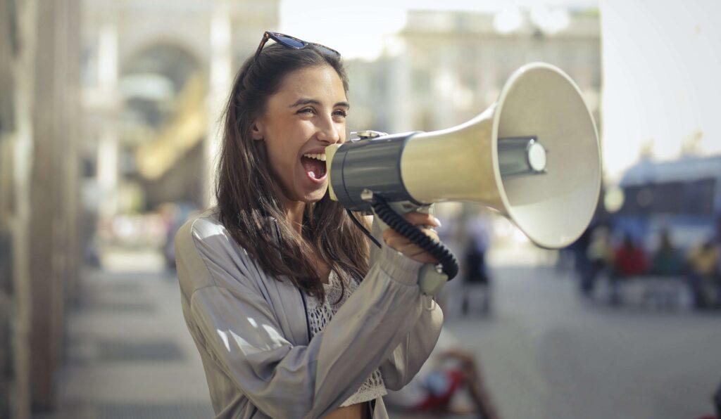 Hostessa mówiąca przez megafon