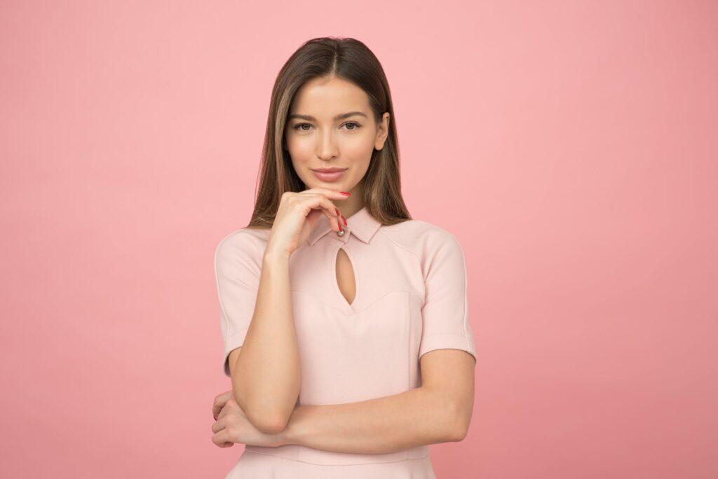 hostessa na różowym tle